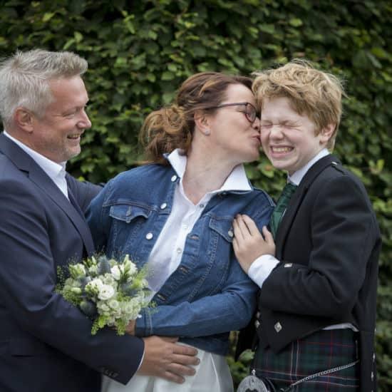 1500-photography-scottish-glasgow-wedding-photographer-bride-groom-family-kiss