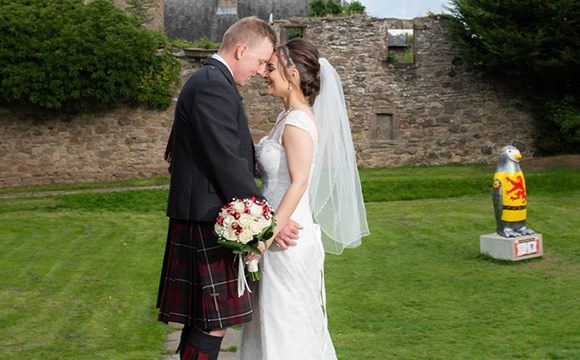 ian-scrimgeour-photography-scottish-dundee-fife-perth-wedding-photographer-bridal-bouquet-outdoor-groom