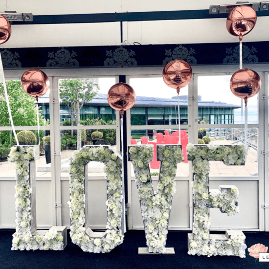 LettaFlora-Scottish-wedding-decor-giant-letter-love-balloons