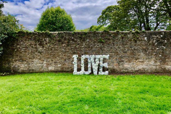 LettaFlora-Scottish-wedding-decor-giant-letter-love-outdoor